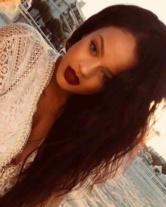 Mujer afroamericana de cabello largo y ondulado que se parece a Rihanna