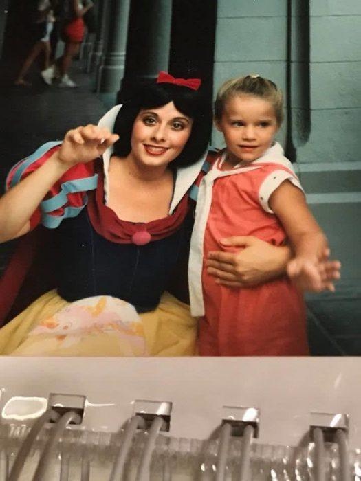 niña abrazando a su princesa favorita Blancanieves