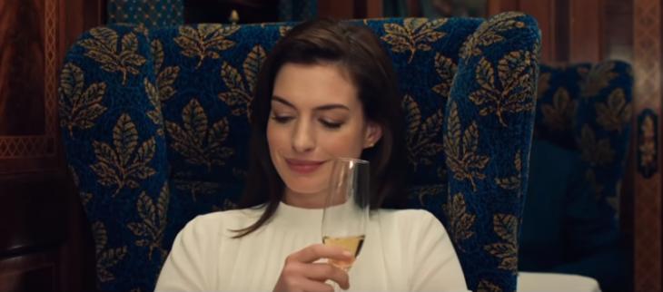 Anne Hathaway y Rebel Wilson estrenan trailer de 'The Hustle'; estafadoras llenas de 'girl power'