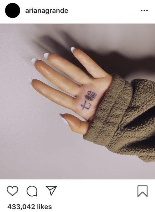 Ariana Grande fue víctima del traductor de Google y escribió mal su tatuaje en japonés que se hizo en la palma de la mano