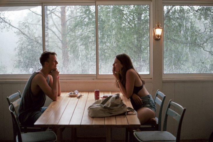 pareja de amigos platicando en un comedor