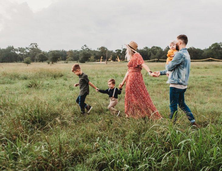 familia paseando en el bosque tomados de la mano