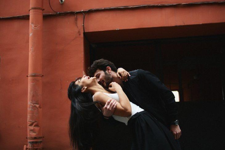 chico besando a su novia en el cuello