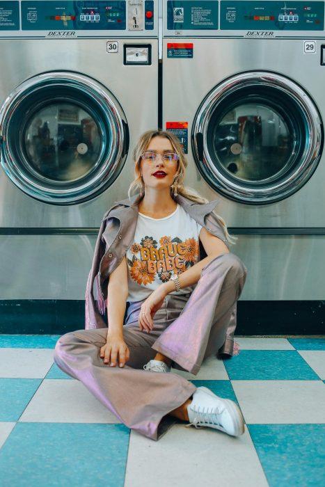 Mujer con look vintage lavando ropa