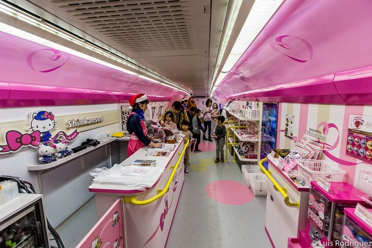 Interior de un tren inspirado en Hello Kitty