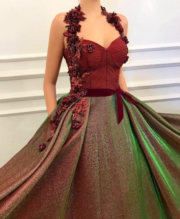 Vestido en corte A, color rojo con verde adornado con flores y brillos