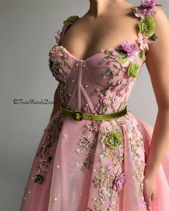 Vestido en corte A, color rosa con corsette adornado con flores y perlas