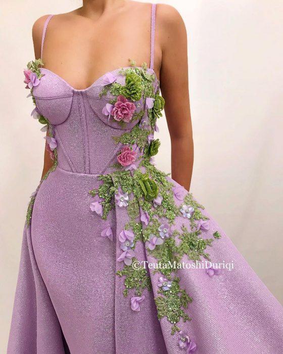Vestido en corte A, color lila con corsette y adornos de flores