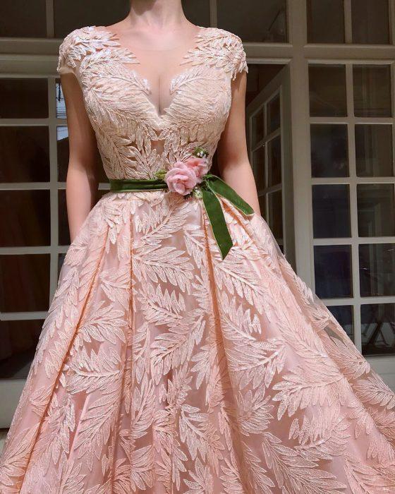 Vestido en corte A, color salmón con encaje de hojas y adornos de flores