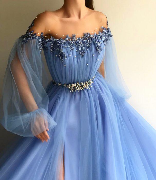 Vestido en corte A, color azul con mangas de tul u adornos de flores y perlas