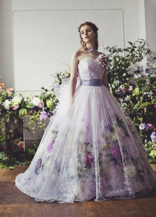 Chica con vestido para XV años de corte princesa estilo vintage color morado con detalles de flores