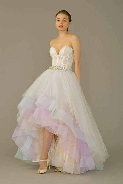 Chica con vestido para XV años de corte princesa corto y con corsette, de colores pastel