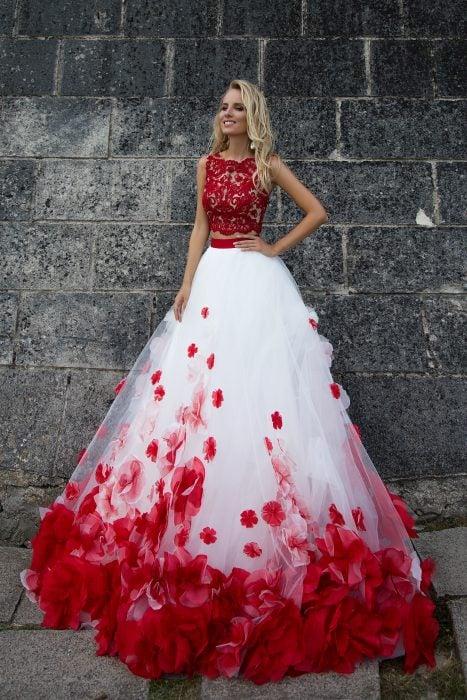 Chica con vestido para XV años de corte princesa color blanco y rojo con flores y encaje