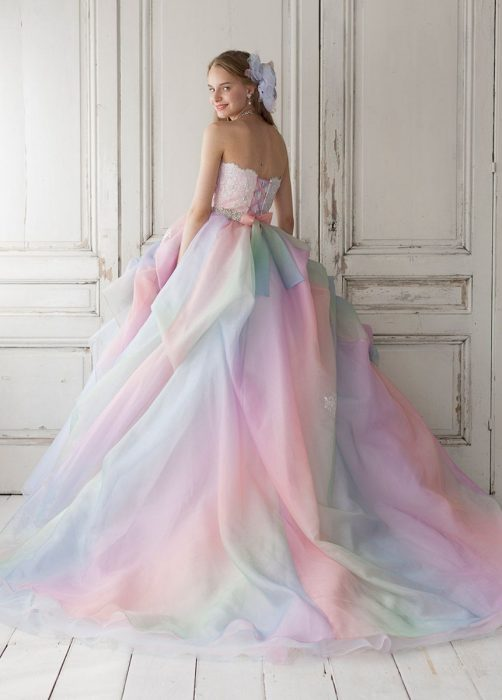 Chica con vestido para XV años de corte princesa de colores pastel
