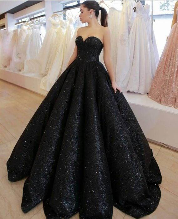 Chica con vestido para XV años de corte princesa color negro con brillos