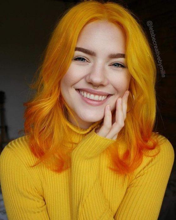 mujer rubio mostaza naranja