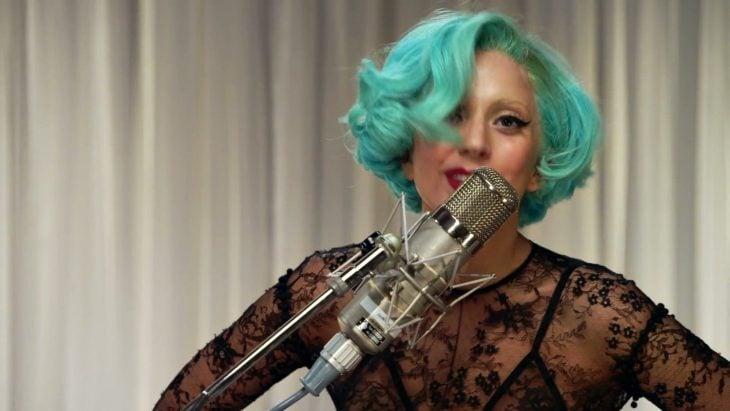 mujer cabello corto color verde aguamarina