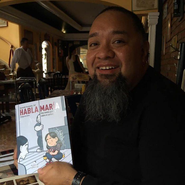 hombre con barba y libro sobre autismo