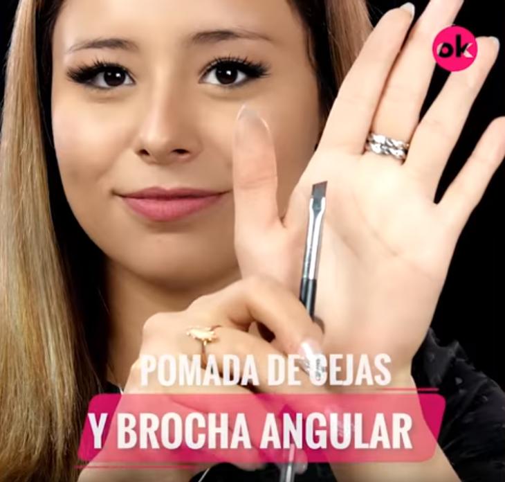 mujer maquillada mano con pincel
