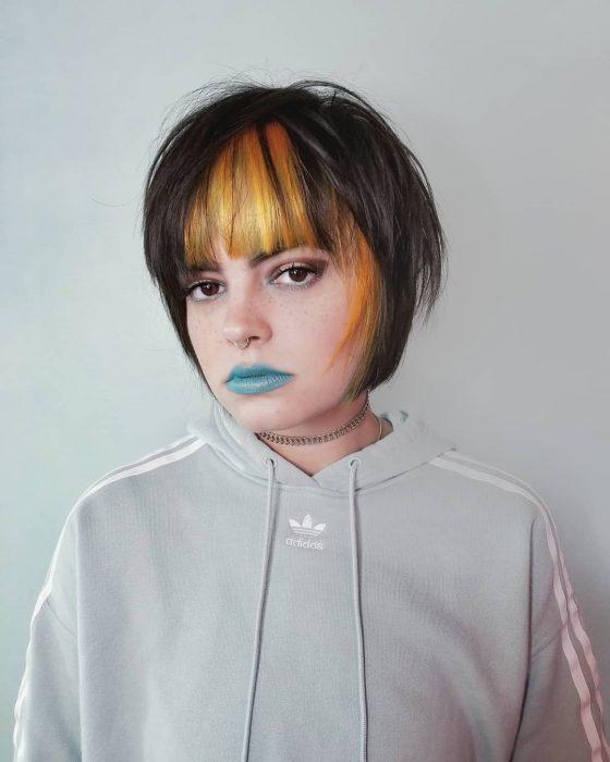 mujer cabello corto bob fleco coor mostaza