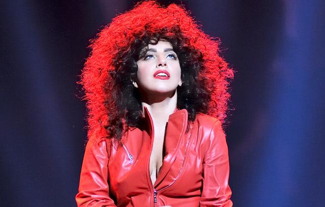 mujer con cabello rizado afro con vestido rojo