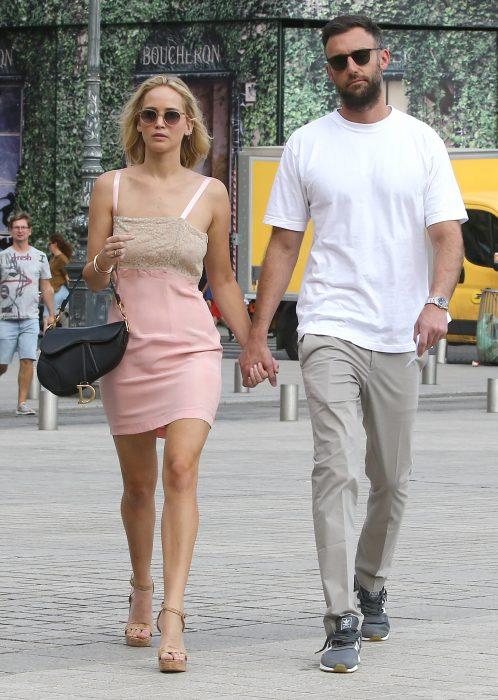 mujer rubia junto a hombre de camisa blanca