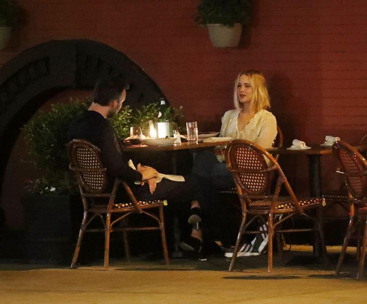 hombre y mujer sentados en cena romántica