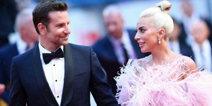 hombre con traje y moño junto a mujer con vestido rosa