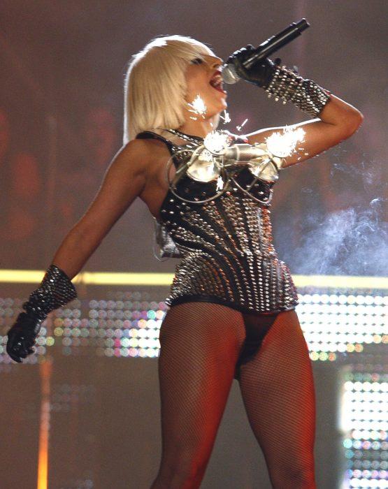 mujer con medias y fuegos pirotecnicos en vestuario