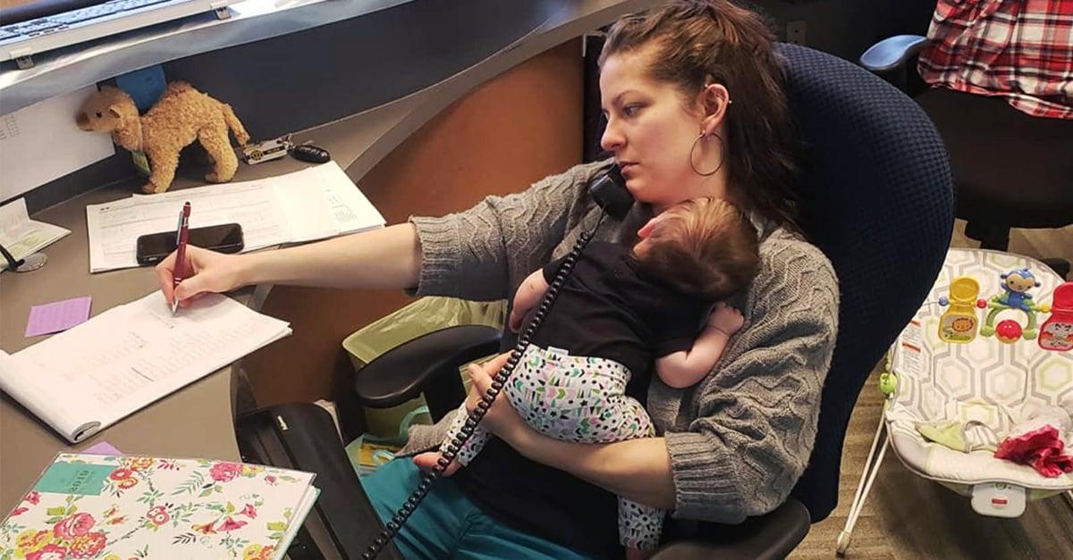 Lleva a su bebé al trabajo y cree que más empresas deberían permitirlo