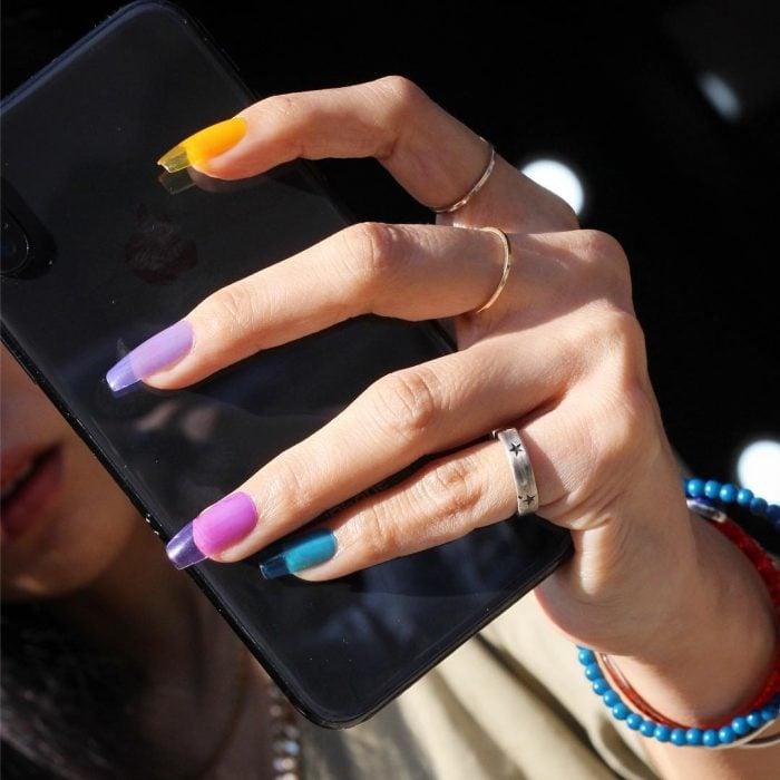 manos de mujer uñas de colores arcoiris