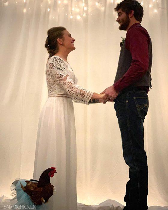 mujer rubia con vestido de novia y hombre gallina