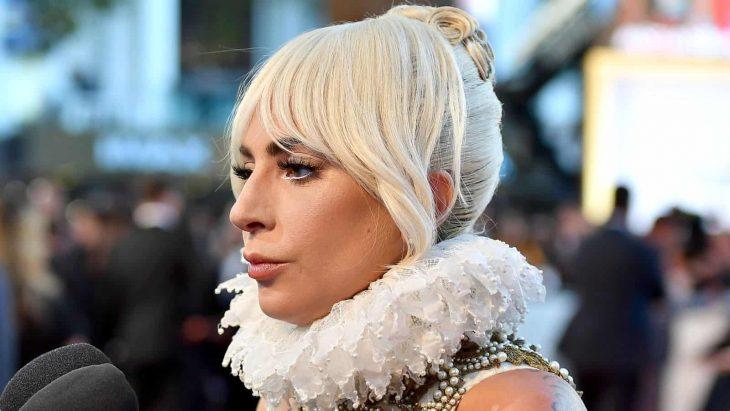 mujer rubia con fleco y chongo