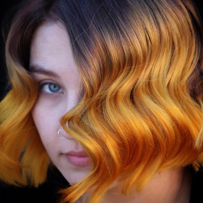 mujer con cabello amarillo mostaza