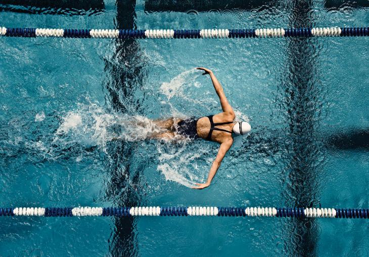 mujer en alberca nadando