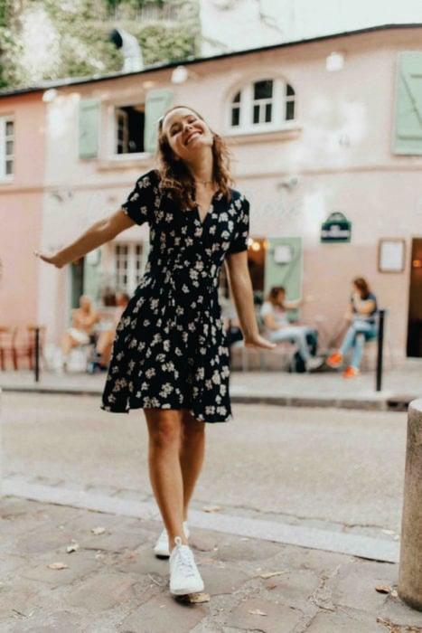 chica con vestido cortito de flores negro