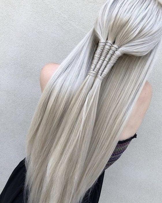 Chica de cabello platinado con media trenza y cabello suelto