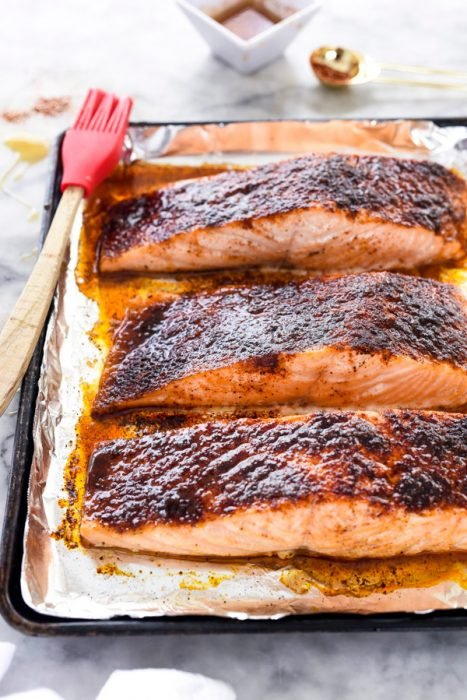 Tres trozos de salmón con miel caramelizada
