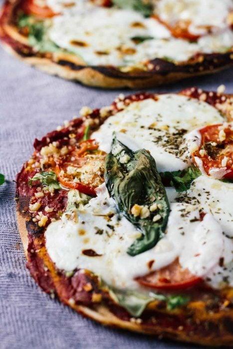 Deliciosa pizza en pan pita y queso