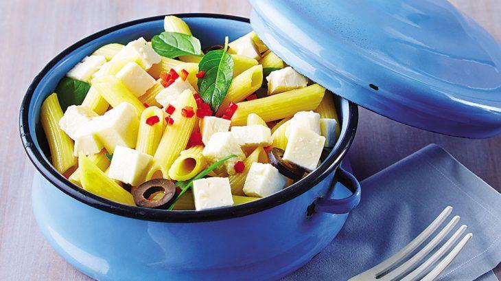 tazón de pasta con queso y aceitunas
