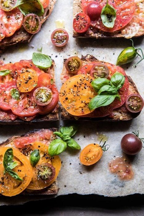 Tostadas de pan con queso manchego y dos rebanadas de tomate