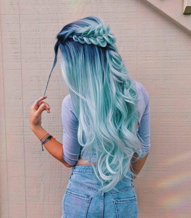 Chica de cabello azul con trenza