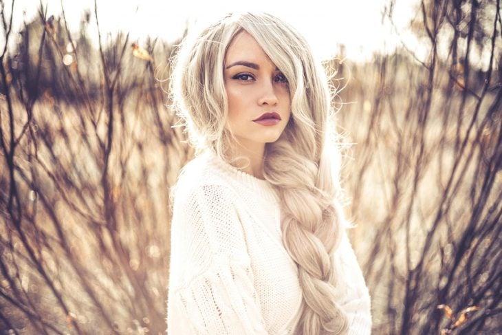 Chica de cabello blanco con trenza de lado