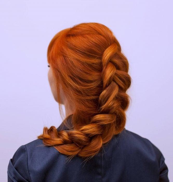 Chica pelirroja con trenza holandesa