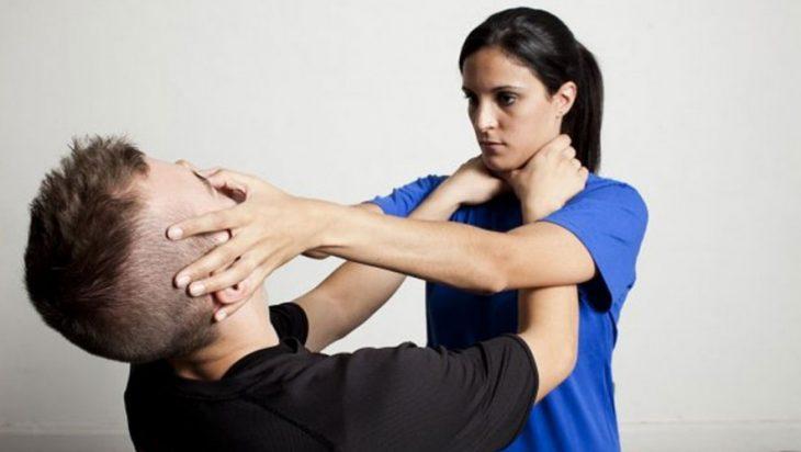 Técnica autodefensa mujer aplasta los ojos de su atacante mientras el trata de ahorcarla