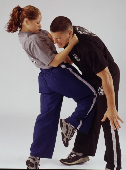 Técnica de autodefensa mujer golpea a hombre que la ataca por delante en la ingle