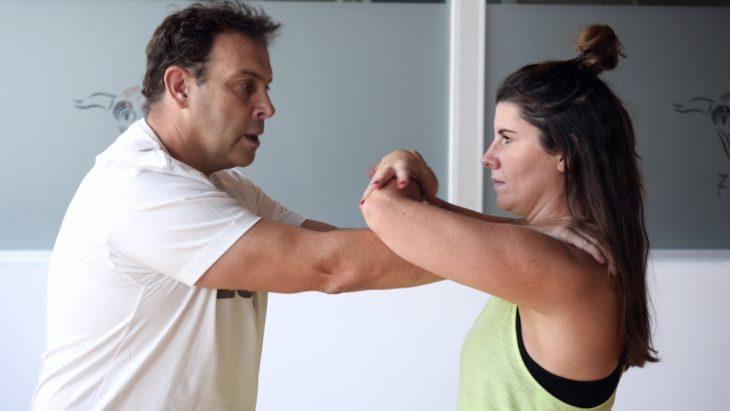 Mujer trata de safarse de la mano en curso de autodefensa personal