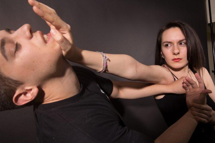 Técnica autodefensa mujer golpea a atacante en la barbilla