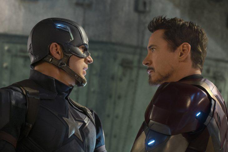 Steve Rogers alias Capitán América mirando a Tony Stark alias Iron Man en la película Capitán América, Civil War