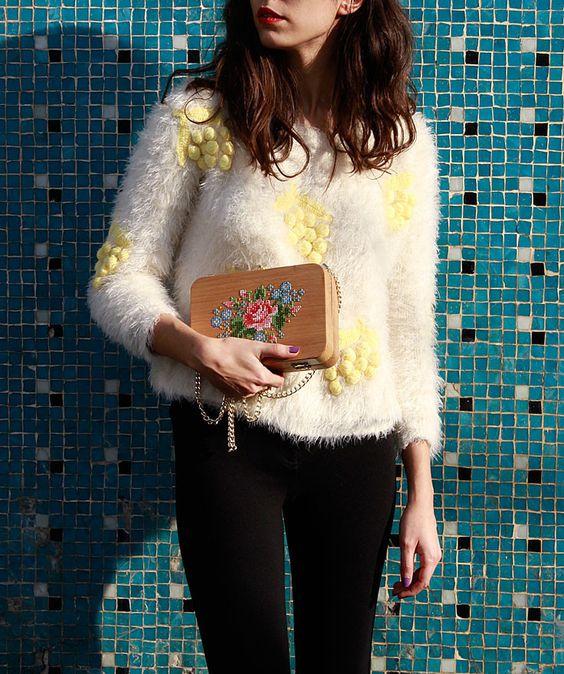 chica cargando bolso de mano